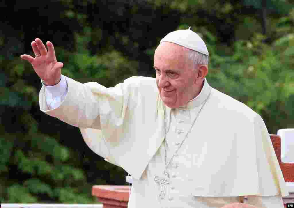 El Papa saluda a los holguineros desde la Loma de la Cruz.