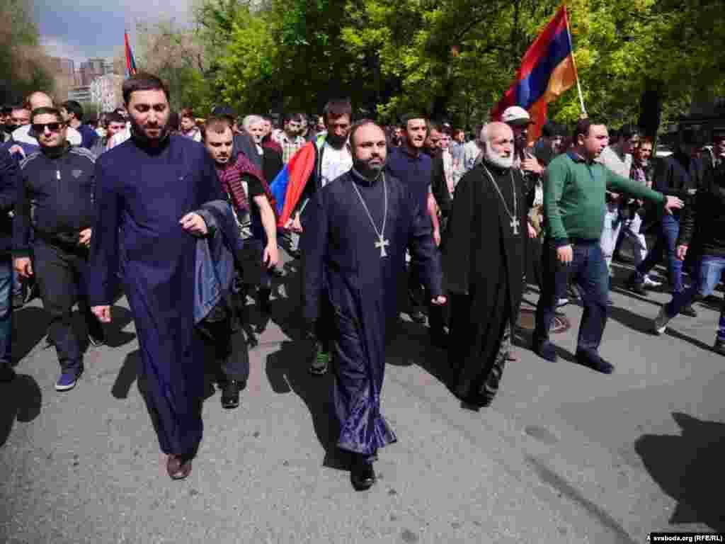 Curas ortodoxos armenios participan en las protestas.