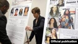 Funcionarios del FBI despliegan carteles al anunciar en mayo 2013 una recompensa de 2 millones de dólares por información que conduzca a la captura de Joanne Chesimard.