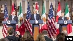El secretario de Estado de EEUU John Kerry (c) durante una conferencia de prensa con el ministro de Relaciones Exteriores de Canadá, John Baird (i) y el secretario de Relaciones Exteriores de México, José Antonio Meade (d), en Boston.