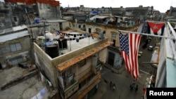 Banderas de Cuba y EEUU cuelgan en un balcón de La Habana.