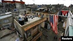 Banderas de Cuba y EEUU cuelgan en un balcón de La Habana. (REUTERS/Ivan Alvarado/Archivo)