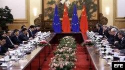 El primer ministro chino, Li Keqiang (4º izq), mantiene una reunión con el presidente del Consejo Europeo, Herman Van Rompuy (2º dcha).