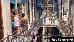 Los vecinos de San Pedro 258 entre Sol y Muralla temen que el edificio se les venga encima. (Captura de video/Cubanet)