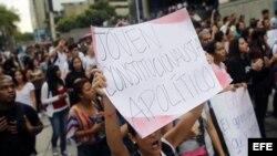 Un grupo de estudiantes se manifiesta en Caracas (Venezuela) para exigir respeto a la Constitución el viernes 11 de enero.