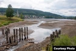 Las reparaciones en la presa Kusa llevaron a reducir el nivel del agua en el estanque.