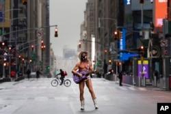 CORONAVIRUSEl artista callejero Robert John Burck posa para una fotografía en Times Square de Nueva York. (AP Foto/Mark Lennihan)