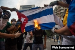 Opositores venezolanos queman bandera cubana en Caracas, el 8 de marzo de 2014.