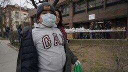 Selvin Jimenez, de 10 años de edad, usa una máscara protectora en la comunidad de New Rochelle, New York.