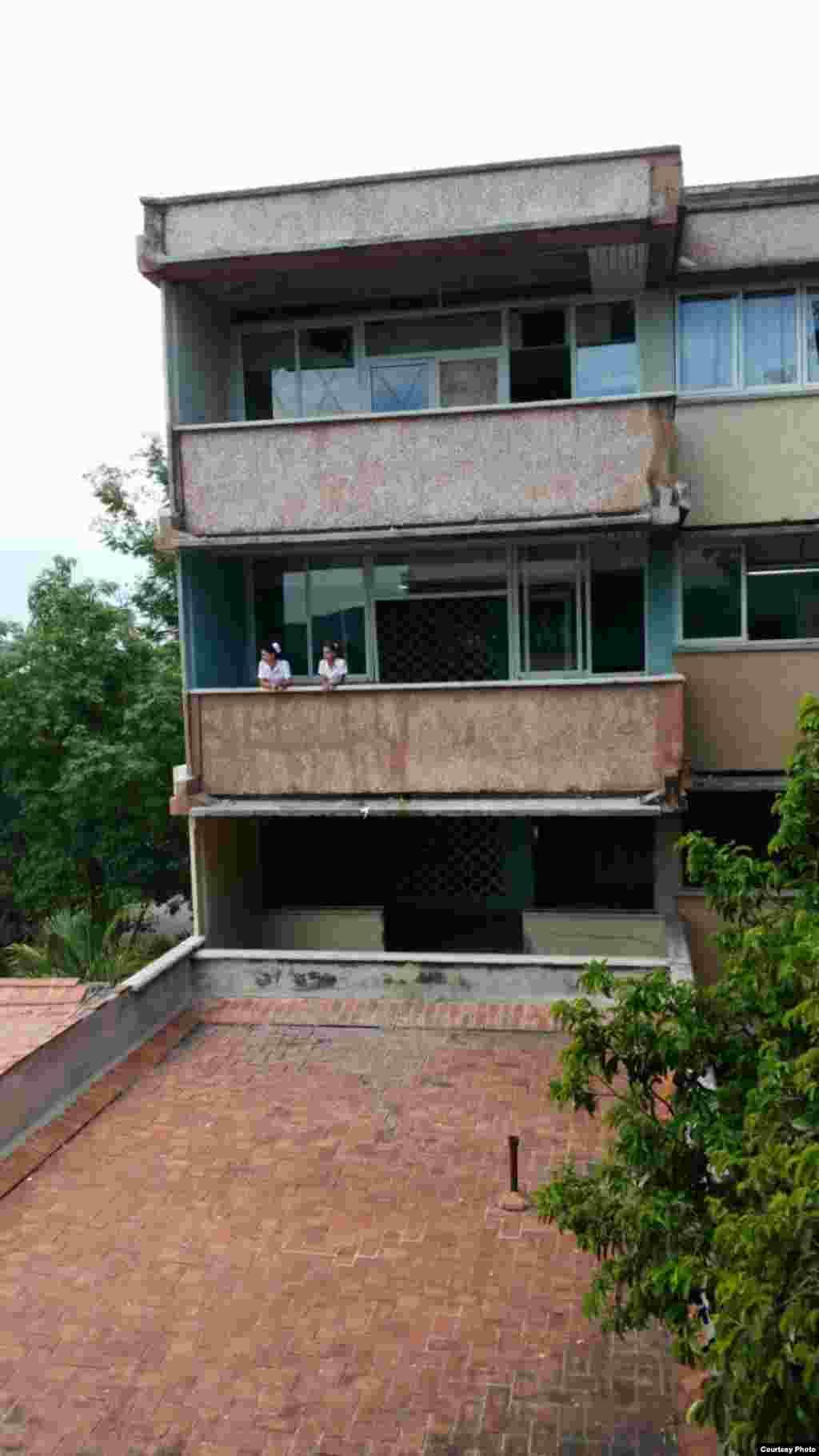 """Los enfermos de zika se encuentran ubicados entre las salas 3-A (se habilita la sala 3-B) y 4-A del tercer y cuarto piso del Hospital Clínico Quirúrgico """"Lucía Iñiguez Landín""""."""