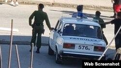 Vigilancia policial ante la sede de la Unión Patriótica de Cuba (UNPACU) en Santiago de Cuba.