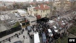 La policía turca rodea el área de la explosión, frente a la embajada de EE UU en Ankara.