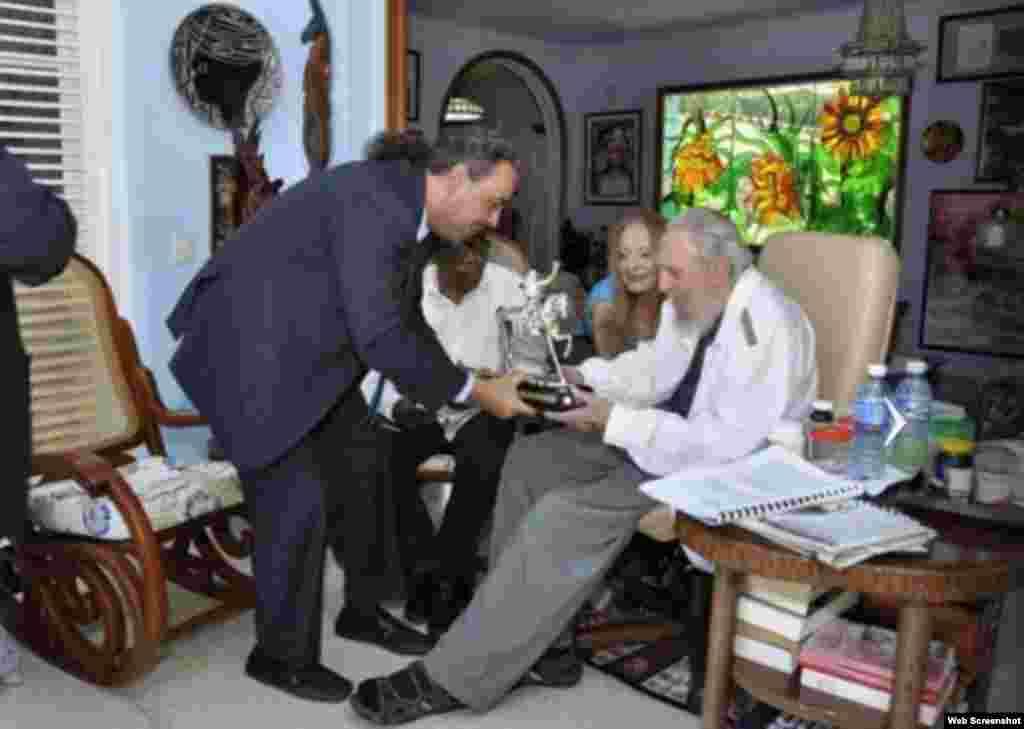 El presidente de la Asociación de Comités Olímpicos Nacionales (ACNO), príncipe Ahmad Al Fahad Al-Sabah y el exgobernante cubano, Fidel Castro, intercambian regalos.