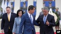 El presidente encargado de Venezuela, Juan Guaidó, conversa con el mandatario venezolano, Iván Duque, en Bogotá, el 17 de enero del 2020. Al fondo, el secretario de Estado Mike Pompeo.
