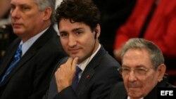 Raúl Castro (d) junto al primer ministro de Canadá Justin Trudeau (c) y el vicepresidente de Cuba, Miguel Díaz-Canel.