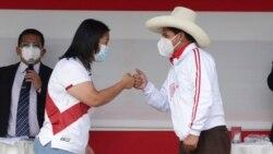 Los candidatos a la presidencia de Perú, Keiko Fujimori, izquierda, y Pedro Castillo se saludan al final del debate presidencial, en Chota, Perú, el 1 de mayo de 2021. (AP Foto/Francisco Vigo)