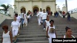 Reporta Cuba. Ciudadanas por la Democracia y activistas de UNPACU, en el Santuario de El Cobre. Archivo.