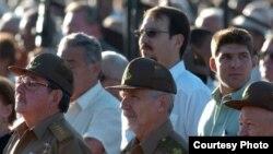 Raúl Castro con su hijo y nieto al fondo.