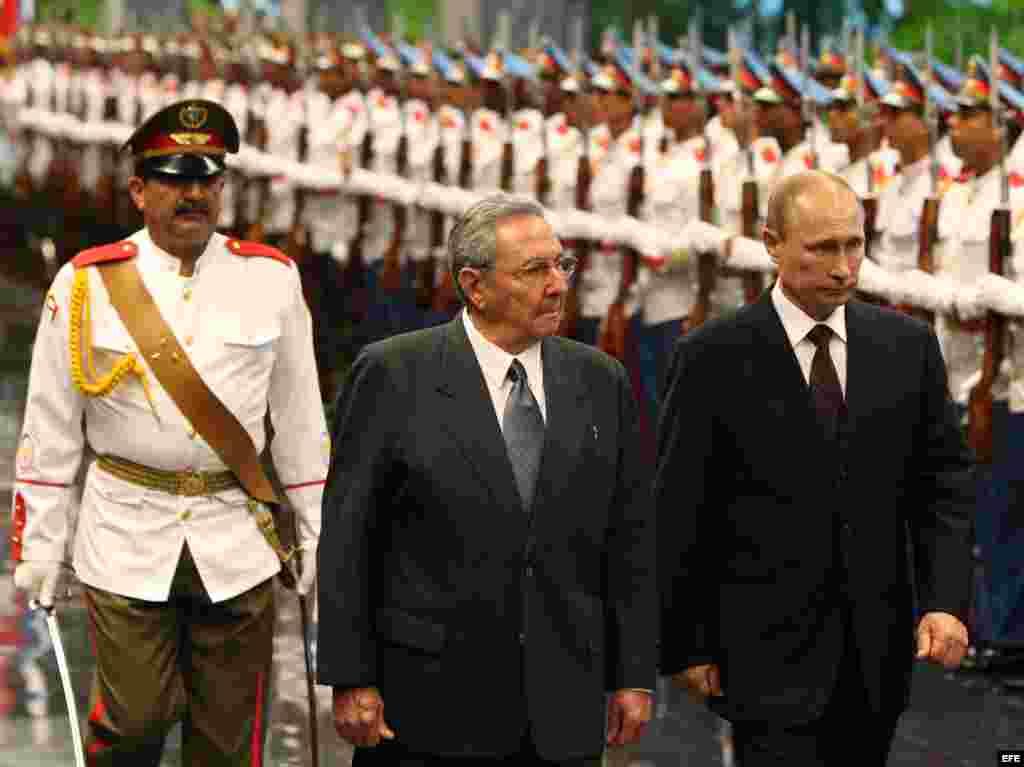 Raúl Castro (2-i) y su homólogo de Rusia Vladimir Putin (d), pasan revista a las tropas formadas en el Palacio de la Revolución de La Habana (Cuba)