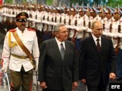 Raúl Castro y su homólogo de Rusia Vladimir Putin (2i-d) pasan revista a las tropas formadas en el Palacio de la Revolución de La Habana.