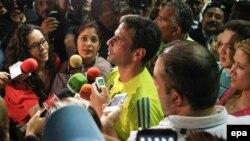 El candidato presidencial de la oposición a la presidencia de Venezuela, Henrique Capriles (c), habla con la prensa.