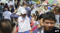 Personas transitan por el puente internacional simón bolívar, en Cúcuta, Colombia, una de las zonas por donde entrará la ayuda a Venezuela.