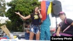 Erika Farías durante una manifestación en el reparto El Cafetal en la capital venezolana.