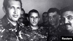 Hugo Chavez (i) en 1992 despues de ser arrestado por el intento de golpe de Estado. A su lado Francisco Arias (2do d), y Jesus Urdanetta (centro).