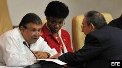 Raúl Castro (d) con el ministro de Economía Marino Murillo (i), en una sesión de la Asamblea Nacional de Cuba. Archivo.
