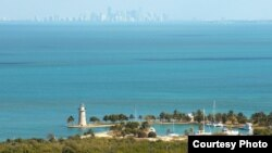 16 cubanos llegaron a Boca Chita Key (foto). Al fondo el downtown de Miami.