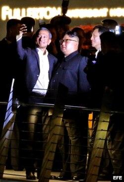 El líder norcoreano, Kim Jong-Un, y el ministro de Exteriores de Singapur, Vivian Balakrishnan, se toman selfis en el puente Jubilee.