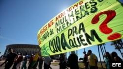 Manifestantes protestaron el 14 de junio de 2013, frente al Estadio Nacional de Brasilia (Brasil)