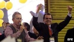 El expresidente colombiano Álvaro Uribe (i) habla junto al exministro de Hacienda Óscar Iván Zuluaga (d), luego de su elección como candidato a las elecciones presidenciales del 25 de mayo de 2014 por el partido Uribe Centro Democrático (UCD).