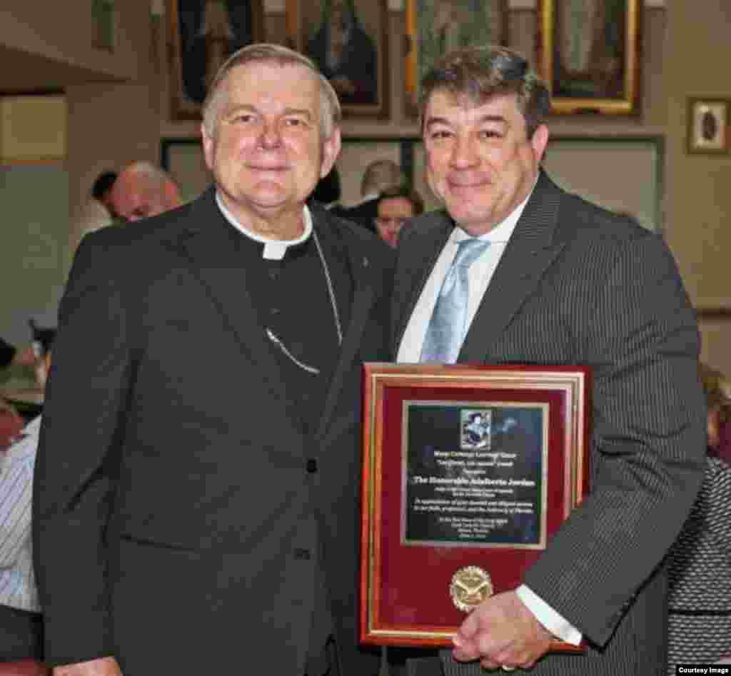 El juez Jordan con el Arzobispo de Miami, Thomas Wenski.