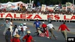 Daniel Llorente, con bandera de EEUU, es detenido cuando sale ante la multitud que desfila por la Plaza José Martí el 1 de mayo de 2017.