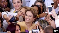 Dilma Rousseff posa junto a médicos cubanos en Planalto Palace, Brasilia, en abril de 2016.