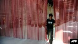 "Un visitante recorre ""Untitled ( Blood) "" de Félix González-Torres en Punta della Dogana, Venecia."