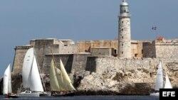 """Este miércoles las embarcaciones realizaron la regata """"Copa Castillo del Morro"""" en aguas del litoral de La Habana, con salida desde la desembocadura del río Almendares hasta la bahía de la capital cubana."""
