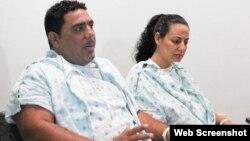 """Denny Rumbaut y su esposa Yarelys Ríos. Foto: Captura de imagen, """"Sun Sentinel""""."""