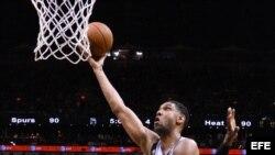 El jugador de Spurs Tim Duncan (arriba) se dirige a la cesta...