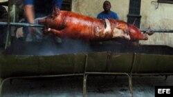 El cerdo asado, junto al arroz con frijoles y la yuca con mojo constituyen la comida tradicional cubana de fin de año.