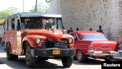 Un camión de uso privado transporta pasajeros en Santiago de Cuba. Archivo (REUTERS).