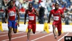 Atletas Reynier Mena (Cuba), Marcus Duncan (Trinidad y Tobago), y BeeJay Lee (EEUU), en la ronda preliminar de los 100 metros planos de los Juegos Panamericanos 2015 (i-d).