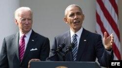 El presidente estadounidense, Barack Obama (d), junto al vicepresidente, Joe Biden (i), durante su primera declaración sobre las elecciones celebradas ayer, en la Casa Blanca, Washington (EEUU), hoy, 9 de noviembre de 2016. Obama, deseó hoy que su sucesor