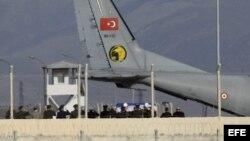Avión turco traslada a Rusia el cuerpo del piloto derribado.
