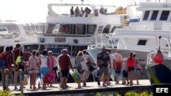 Turistas se aprestan a abandonar la península del Sinaí. EFE
