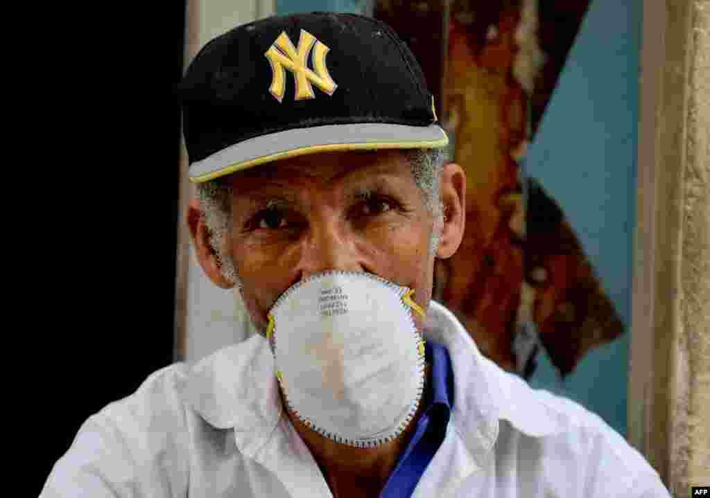 Hombre en la Habana usa mascarilla