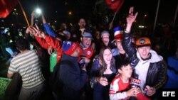 Aficionados chilenos celebran el triunfo de su equipo ante Uruguay en los cuartos de final de la Copa América 2015.