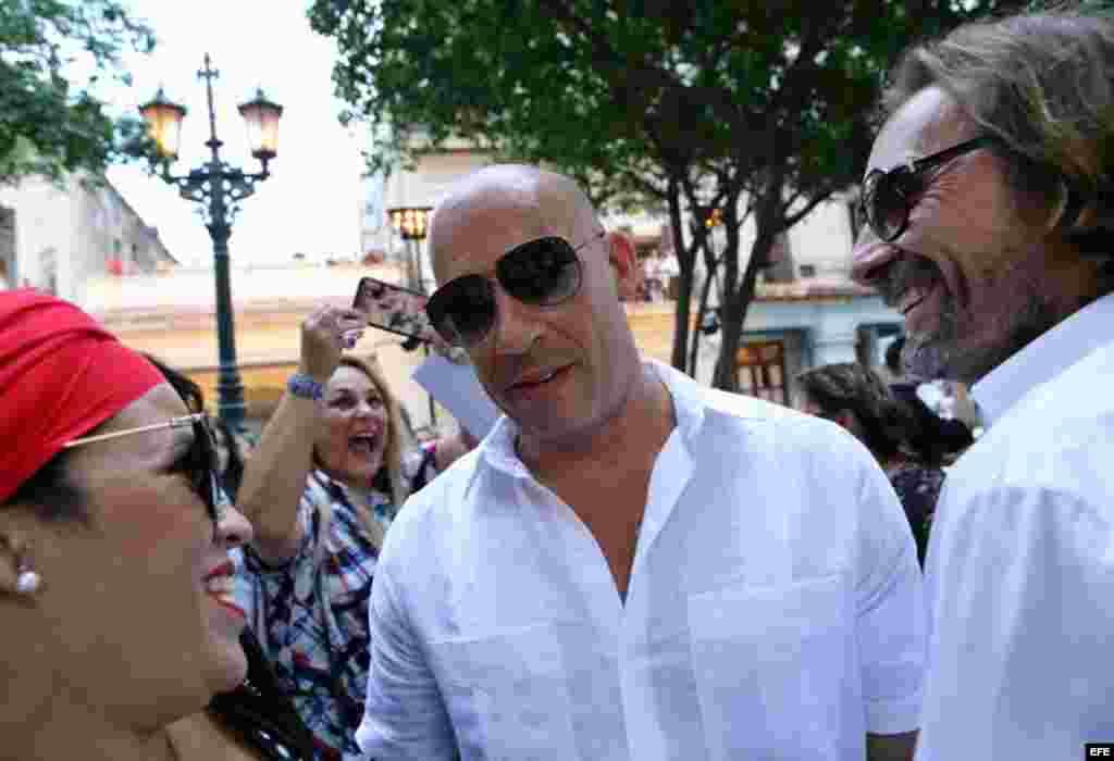 El actor estadounidense Vin Diesel, quien se encuentra en Cuba rodando la octava parte de la saga Rápido y Furioso, asiste al desfile.