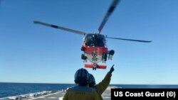 Tripulantes del buque Stone preparan aterrizaje de un helicóptero MH-60 Jayhawk en la costa de la Florida el 27 de diciembre, 2020. (Foto del oficial John Hightower).
